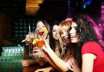 como conocer chicos en un bar